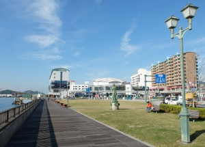 尾道駅前海辺のデッキ