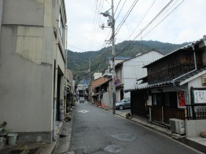 鞆の町中を走る道路