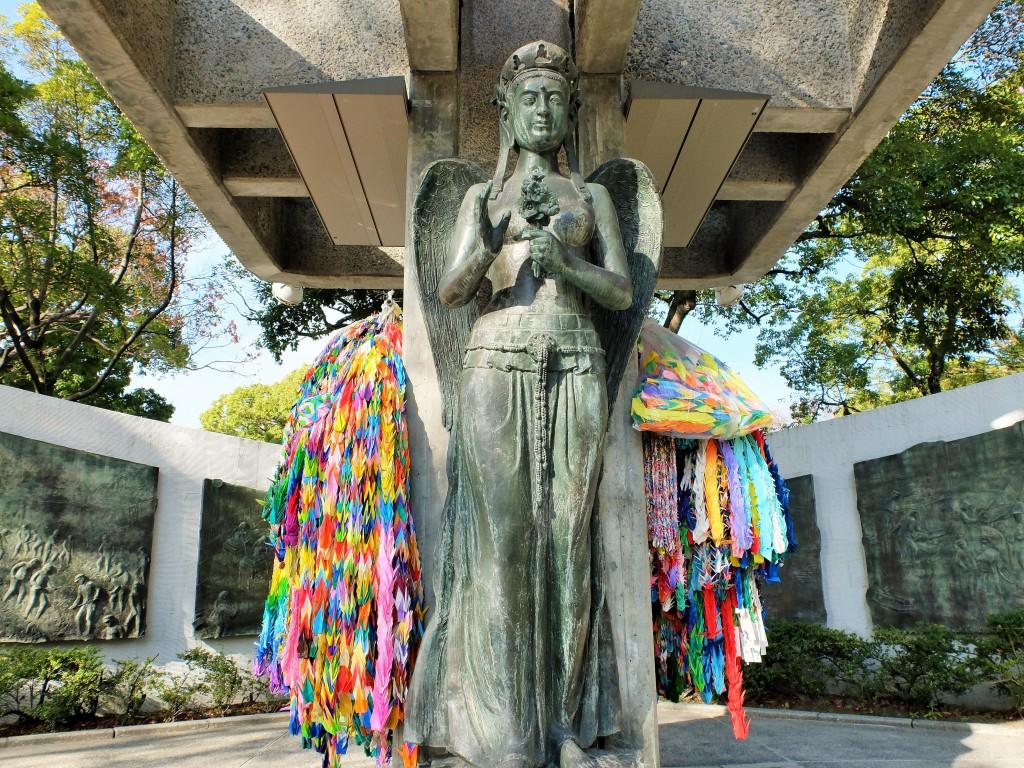 動員学徒慰霊碑の女神像