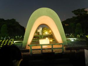 8月6日の原爆死没者慰霊碑(日没後)
