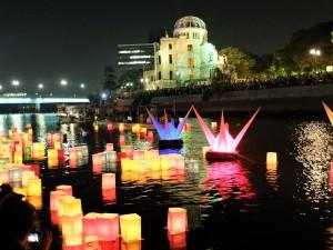 8月6日元安川とうろう流し3(原爆ドーム対岸)